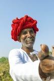 Um homem tribal de Rajasthani que veste o turbante colorido tradicional Fotografia de Stock Royalty Free
