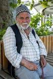 Um homem turco senta-se fora do Ketenci Omer Pasha Cami em Elmali em Turquia Imagem de Stock