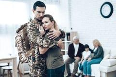 Um homem vai ao serviço militar Família adeus fotos de stock royalty free