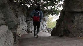 Um homem vai para baixo no parque Os povos vão para baixo e para escalar acima as escadas video estoque
