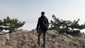 Um homem vem à borda da montanha vídeos de arquivo