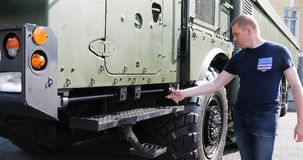 Um homem verifica a máquina militar do combate para ver se há a força filme