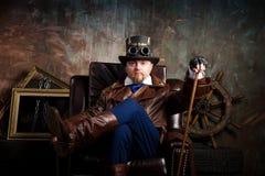 Um homem vestido ao estilo do steampunk Imagem de Stock Royalty Free