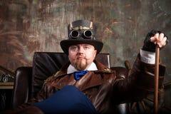 Um homem vestido ao estilo do steampunk Fotos de Stock Royalty Free