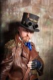 Um homem vestido ao estilo do steampunk imagens de stock