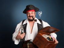 Um homem vestido como um pirata Fotografia de Stock Royalty Free