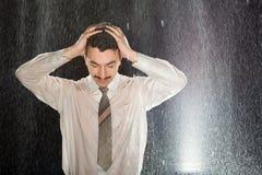 Homem de negócios na chuva que tem a dor de cabeça Foto de Stock