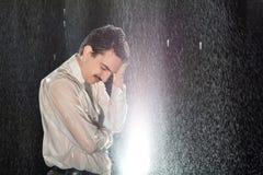 Homem de negócios na chuva que tem a dor de cabeça Imagens de Stock