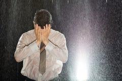 Homem de negócios na chuva que tem a dor de cabeça Fotos de Stock Royalty Free