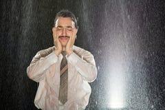 Homem de negócios na chuva que tem a dor de cabeça Imagem de Stock Royalty Free