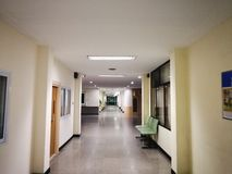 Um hospital só tarde na noite imagens de stock royalty free