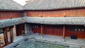 Um hotel abrigado em uma casa esplêndido velha em Xizhou, Yunnan, China foto de stock