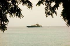 Um iate luxuoso nas ilhas de barlavento Imagem de Stock