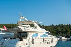 Um iate luxuoso no yacht club no porto fotografia de stock