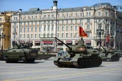 Um IFV novo T-15 Armata no meio seguiu a plataforma e o tanque T-34-85 Imagens de Stock