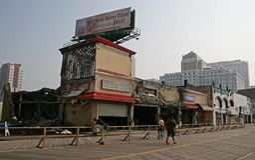Um incêndio destruiu cinco lojas Foto de Stock