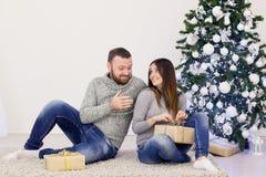 Um indivíduo com do Natal aberto dos presentes da menina um ano novo Fotografia de Stock