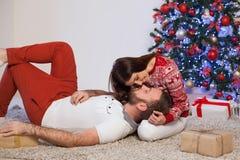 Um indivíduo com do Natal aberto dos presentes da menina um ano novo Fotos de Stock