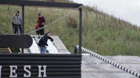 Um indivíduo desliza em um snowboard video estoque