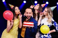 Um indivíduo e três meninas exultam e comemoram o partido no clube noturno Imagem de Stock Royalty Free