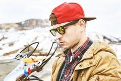 Um indivíduo nos óculos de sol prepara um zangão para o voo Fotos de Stock Royalty Free