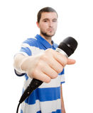 Um indivíduo novo com um microfone. Imagens de Stock