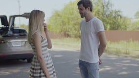 Um indivíduo novo debocha de sua amiga quando o discute filme