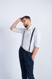 Um indivíduo novo em um pensamento branco da camisa Fotos de Stock