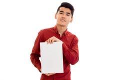 Um indivíduo novo em uma camisa vermelha que mantém um close-up do cartaz isolado no fundo branco fotos de stock