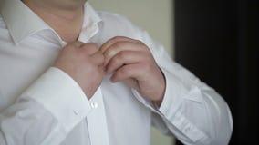 Um indivíduo novo que veste uma camisa branca filme