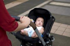 Um infante em um carrinho de criança fotos de stock