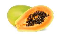 Um inteiro e uma meia papaia madura (isolada) imagens de stock royalty free