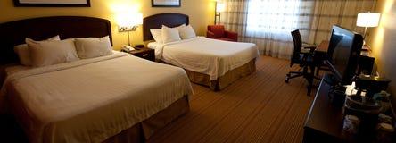 Um interior agradável do quarto de hotel com duas camas Imagem de Stock