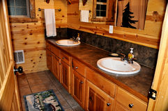 Um interior de madeira do banheiro de uma cabine de madeira Foto de Stock