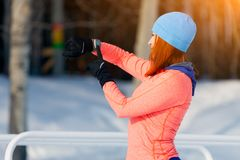 Um inverno running da jovem mulher foto de stock
