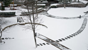 Um jardim coberto de neve fotografia de stock