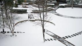 Um jardim coberto de neve fotos de stock royalty free