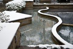 Um jardim coberto de neve foto de stock