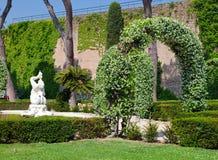Um jardim do Vaticano em um dia ensolarado foto de stock royalty free
