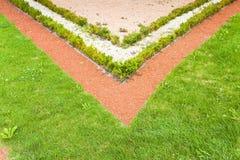 Um jardim finamente manicured mostra suas cores Fotografia de Stock