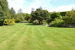 Um jardim inglês perfeito do país foto de stock
