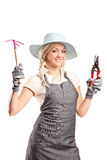 Um jardineiro fêmea novo com as ferramentas de jardinagem Foto de Stock