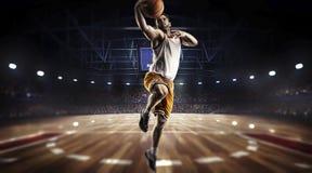 Um jogador de basquetebol salta na opinião do panorama do estádio Imagens de Stock Royalty Free