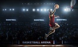 Um jogador de basquetebol salta na opinião do panorama do estádio Fotografia de Stock Royalty Free