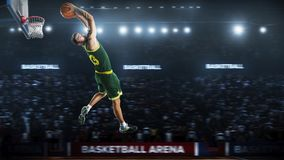 Um jogador de basquetebol salta na opinião do panorama do estádio Foto de Stock