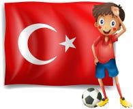 Um jogador de futebol na frente de uma bandeira turca Fotografia de Stock Royalty Free