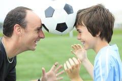 Um jogador de futebol novo com pai fotos de stock royalty free