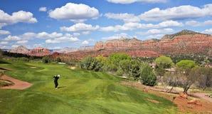 Um jogador de golfe prepara-se para conduzir a bola Fotografia de Stock Royalty Free