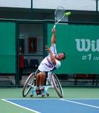 Um jogador de tênis da cadeira de rodas durante um fósforo do campeonato do tênis, t imagens de stock