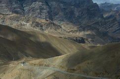 Um jogo da luz e a sombra em montanhas perto de Fotula passam sobre a estrada de Srinagar Leh Foto de Stock Royalty Free